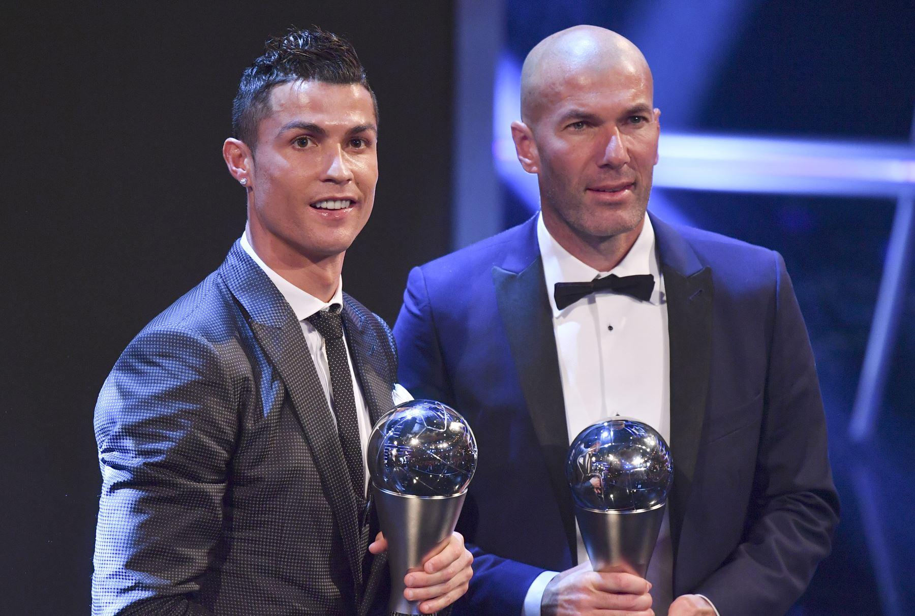Cristiano Ronaldo y Zinedine Zidane,durante la ceremonia de entrega de premios FIFA 2017, a mejor jugador y entrenador.Foto.AFP
