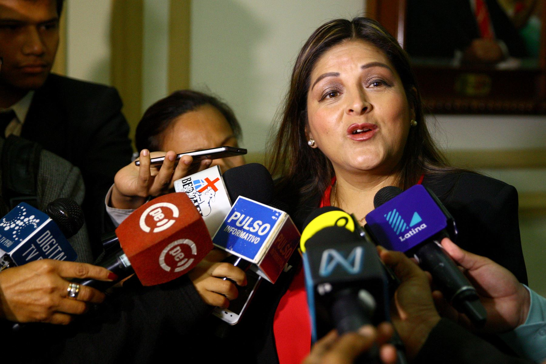 Asaltan a congresista Karina Beteta en la puerta de su casa — Perú