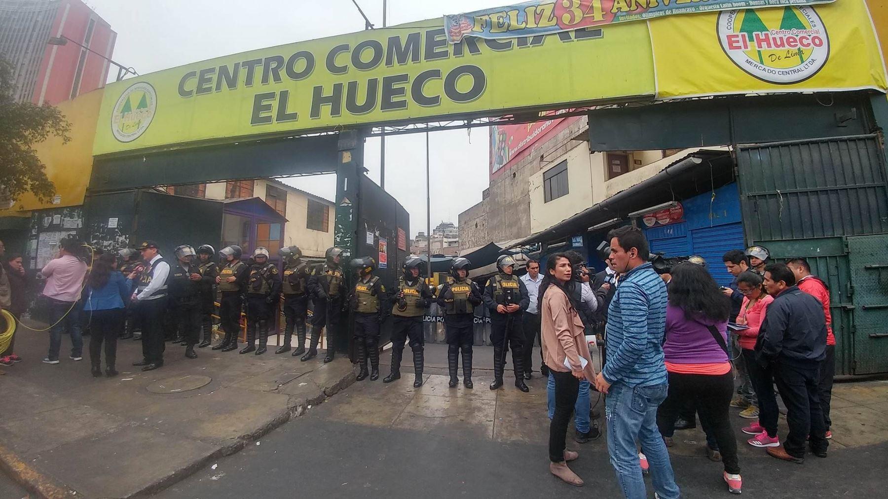 Resultado de imagen para Policía Ejecuta Operativo En Centro Comercial El Hueco Contra La Piratería