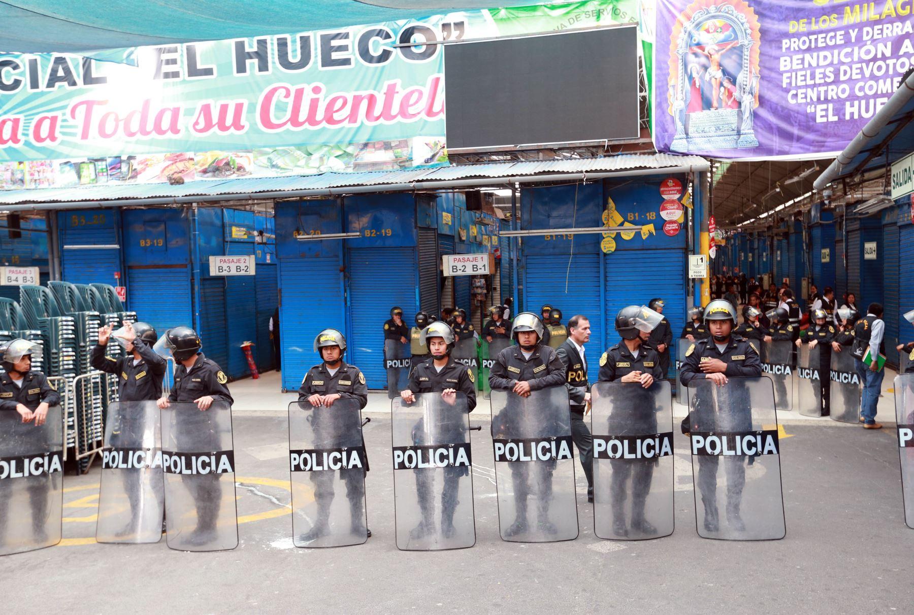 Policía interviene 373 puestos con mercadería ilegal en centro comercial — El Hueco