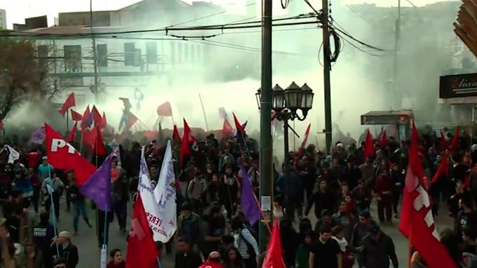 Masiva protesta de estudiantes chilenos por la reforma de la educación