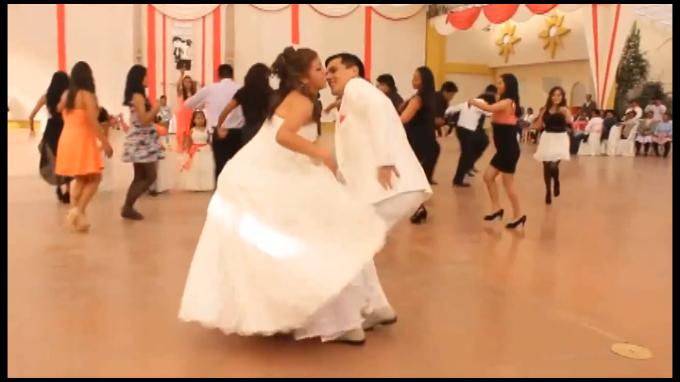 Joven matrimonio hace coreografía con Huaylas y se convierte en viral