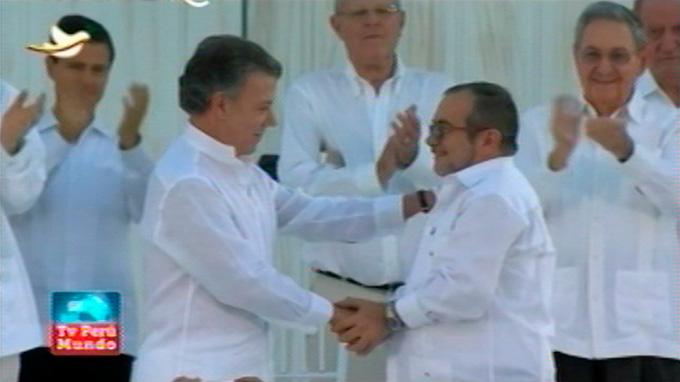 """Santos y """"Timochenko"""" firman la paz de Colombia"""