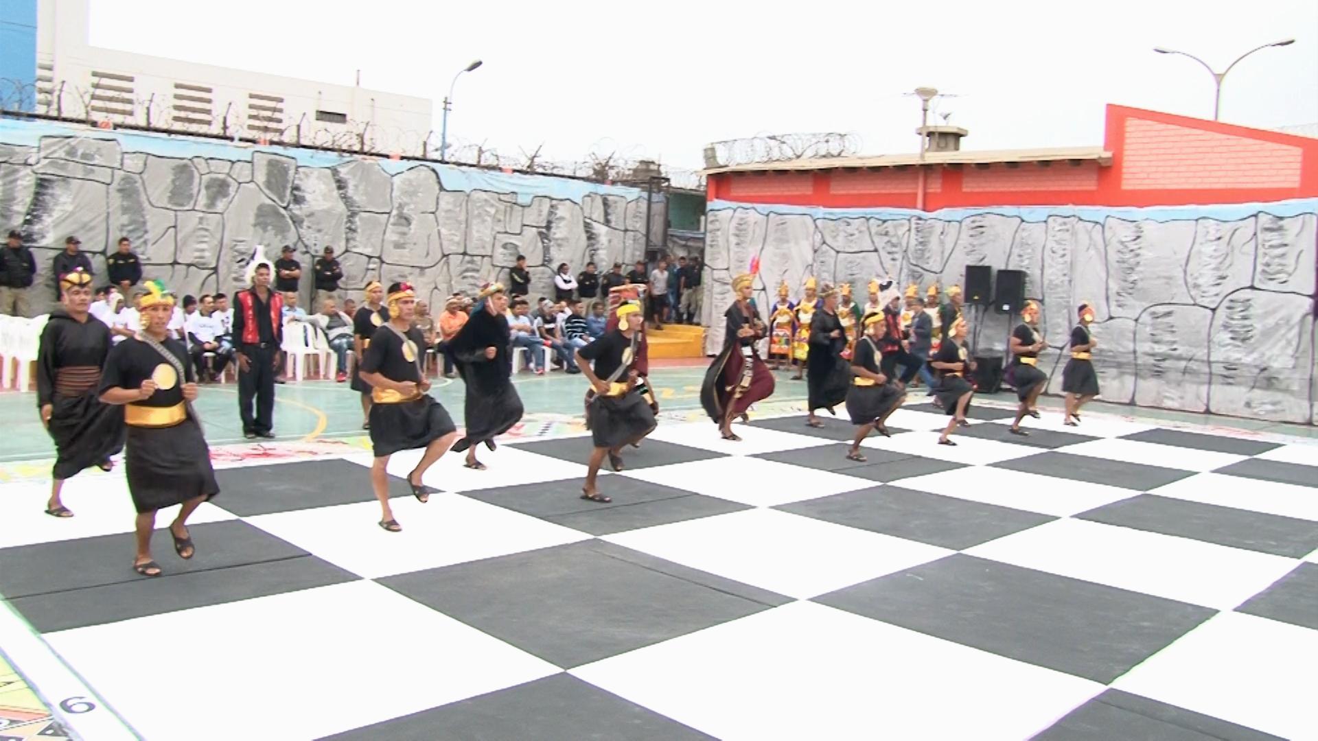 Presos de Sarita Colonia resuelven disputas con ajedrez humano