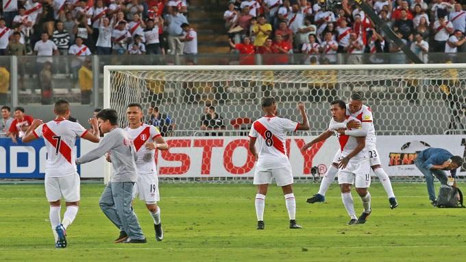 Perú derrotó 2-1 a Uruguay y mantiene su sueño mundialista