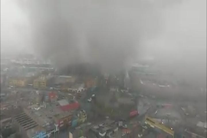 Las Malvinas: gigantesca humareda emana de galería incendiada