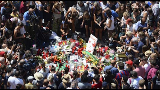 Barcelona homenajea a sus muertos y la Policía sigue buscando a fugitivo
